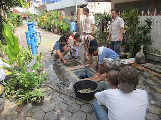 Warga bergotong royong untuk merawat IPAL (Instalasi Pengolah Air Limbah) untuk kelestarian lingkungan sekitar