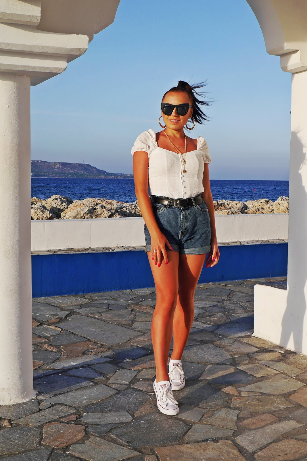 szorty reserved top z bufkami bershka rodos rhodes zawieszki bonprix karyn blog modowy blogerka modowa puławy blue denim shorts white ruffle top converse shoes trampki