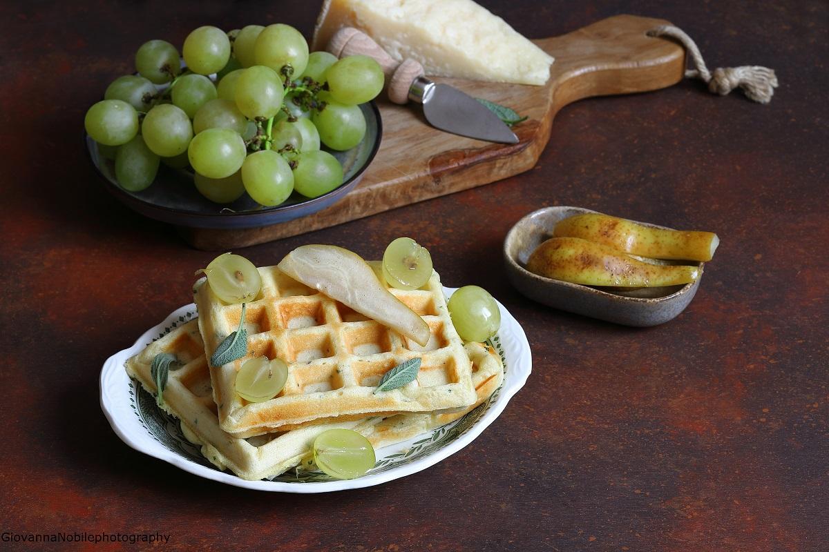 Waffle alla salvia con pere caramellate e uva