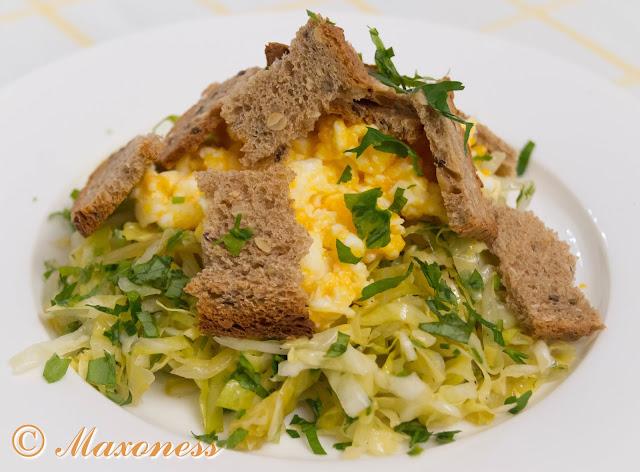 Салат из белокочанной капусты с яйцами в мешочек от Алена Дюкасса