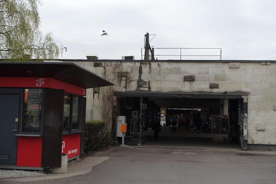 タリン中央駅ホームに続く通路
