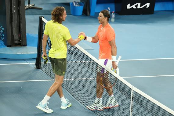 Nadal và Tsitsipas bắt tay nhau sau trận tứ kết Úc mở rộng