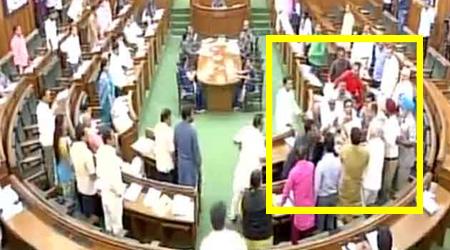 दिल्ली विधानसभा में पूर्वमंत्री को आप विधायकों ने पीटा, धक्के देकर निकाल दिया