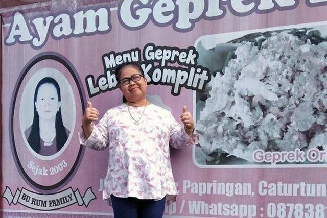 """Kisah Sukses Bu Rum, Pelopor Ayam Geprek Pertama;Kisah Sukses Pengusaha Kuliner """"Bu Rum"""" dari Yogyakarta;"""