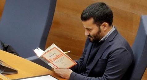 """El conseller Marzà exibe """"Facha"""" de Jason Stanley durante la intervención de un diputado de Vox en las Corts Valencianes"""
