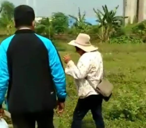 Seorang Perempuan Menangis Histeris, Peluk Ternaknya yang Mati