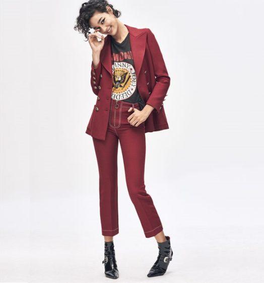 Бордовый брючный костюм с черной футболкой