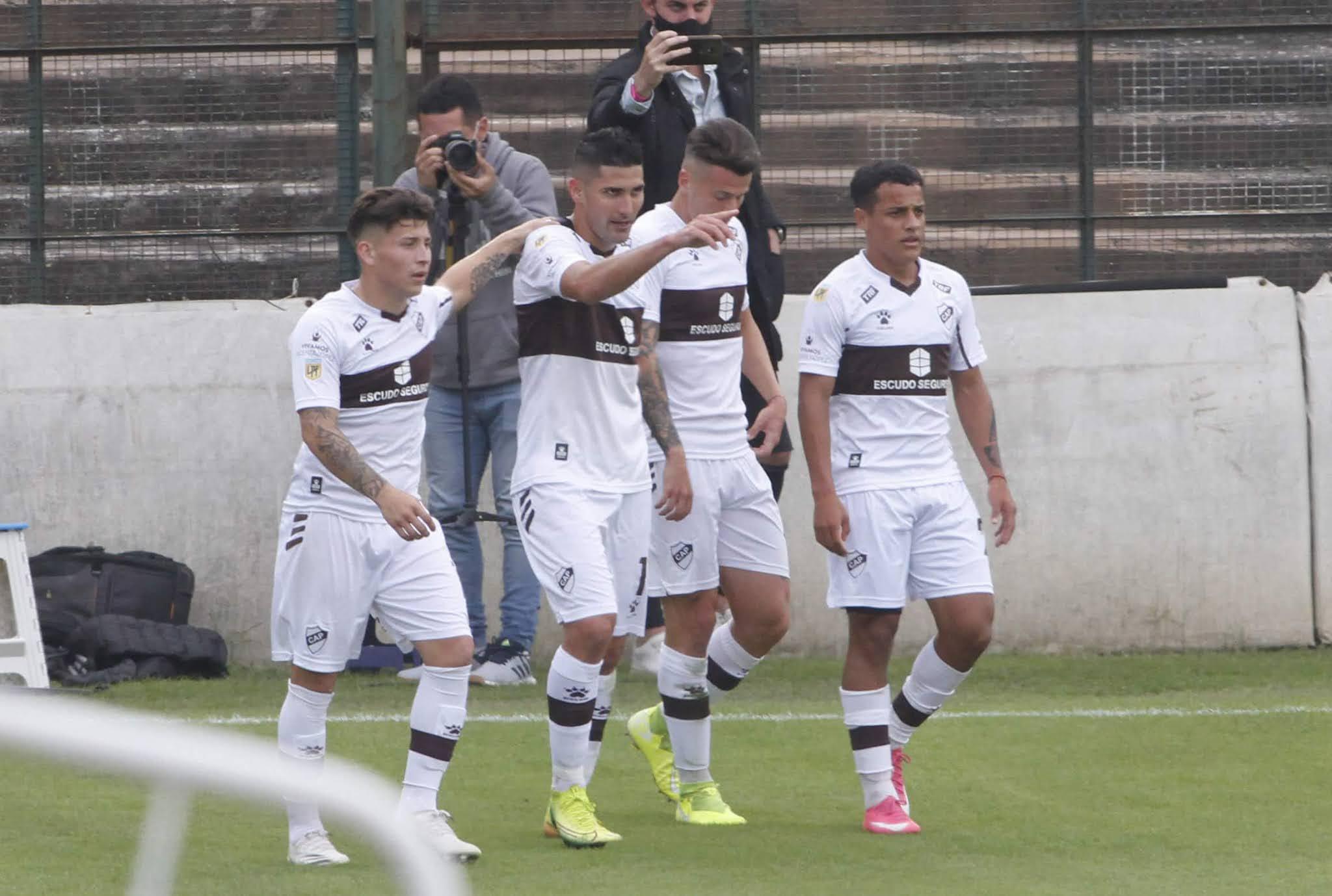 Platense goleó a Rosario Central, en su primera victoria de local
