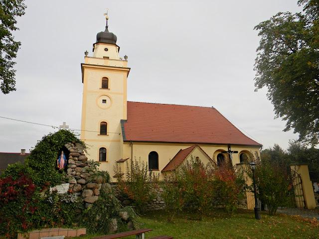 murowana świątynia na Dolnym Śląsku, położona w bogatej wsi