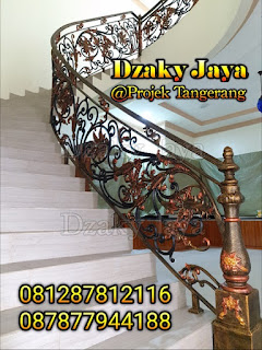 Foto railing tangga tempa model modern klasik untuk rumah klasik.