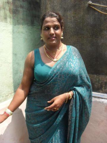 Hot Indian Aunties Seducing Tamil Aunty In Saree