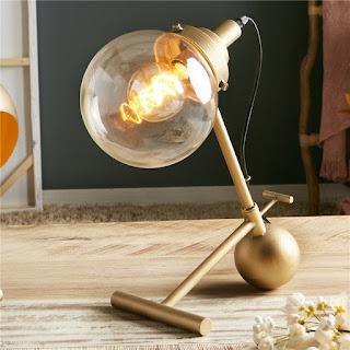 lampara sobre mesa actual dorada