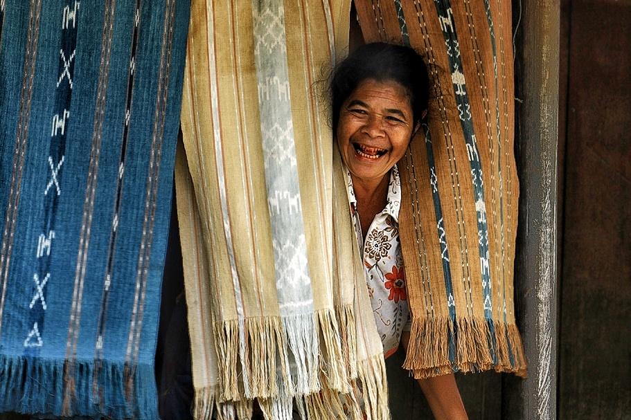 Warga Yang Semangat Menjajakan Kain Tenun Timor Khas Bena