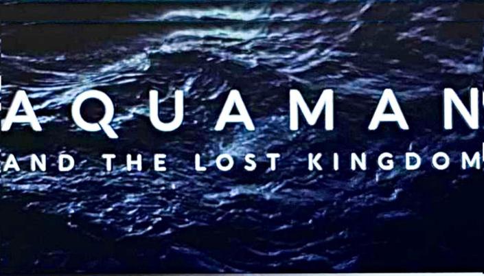 Imagem: fundo com águas escuras de um mar e o título em fonte branca que diz Aquaman and the Lost Kingdom.