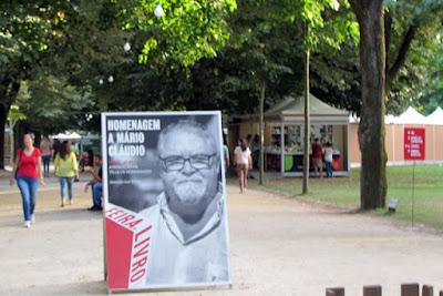 Placar com a foto do escritor Mário Cláudio na Feira do Livro do Porto