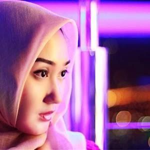 seorang desainer yang cukup besar lengan berkuasa dalam animo fashion muslim di tanah air Biodata Lengkap Dian Pelangi, Desainer Muslim Fashion Terbaik Indonesia