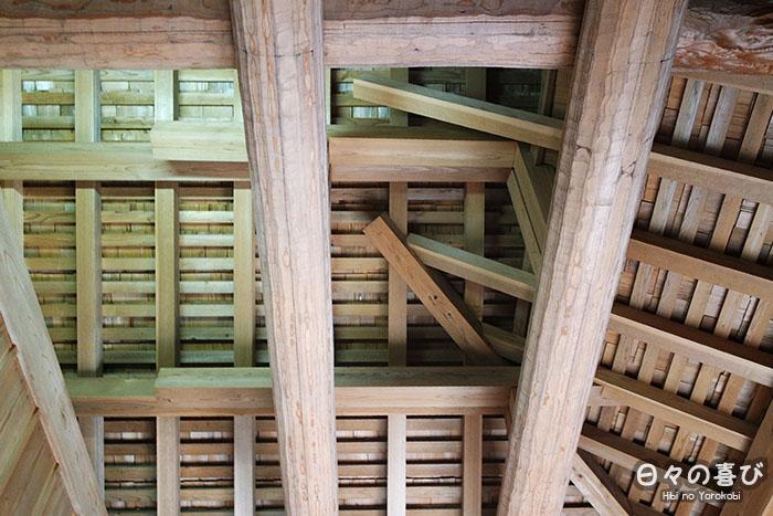 charpente maison japonaise vue en contre-plongée