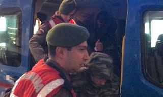 Έβρος: Ώρες αγωνίας για τους συγγενείς των στρατιωτικών – Προσεύχονται να γυρίσουν σώοι