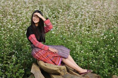 Thiếu nữ Hà Giang đẹp rạng rỡ bên Tam Giác Mạch