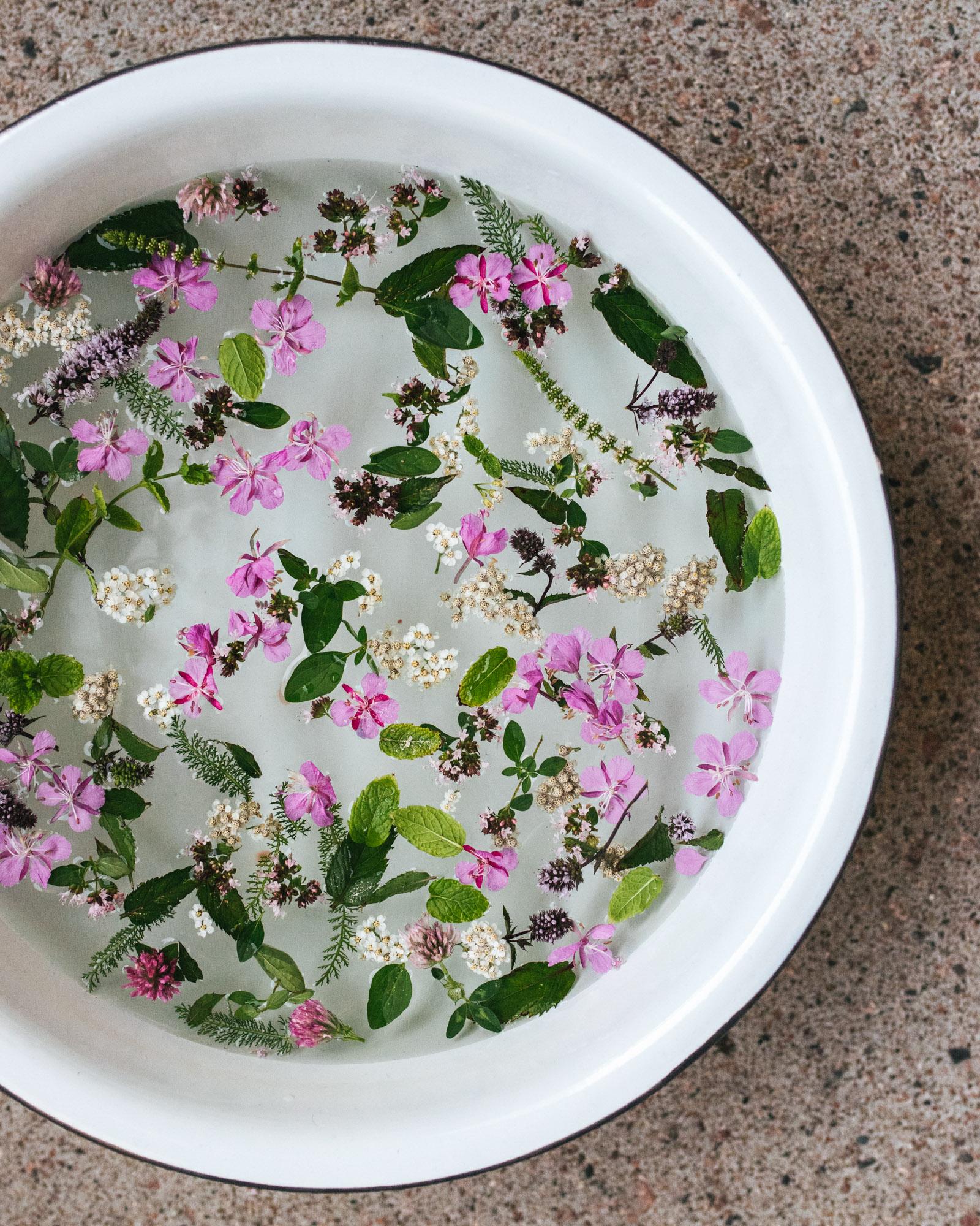 vadissa vettä ja kukkia