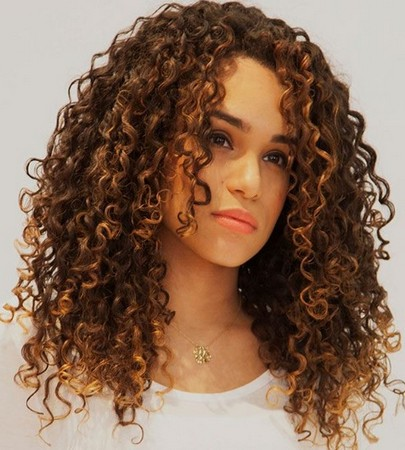 model rambut keriting sebahu kekinian
