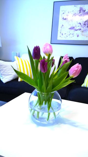 Saippuakuplia olohuoneessa- blogi, kuva Hanna Poikkilehto, koti, sisustus, tulppaani,