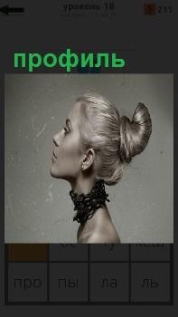 Голова девушки повернута в профиль, на шее одета цепь в несколько оборотов