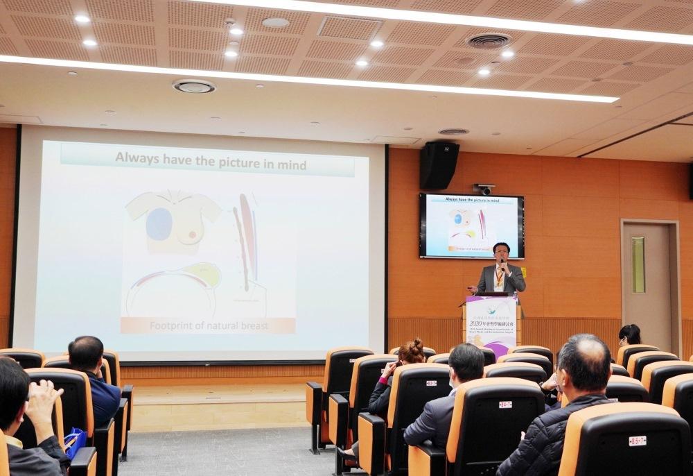 吳至偉醫師發表隆乳專題演講,講題為:「複雜隆乳的假體選擇」