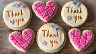 in dit blog van partysweets.nl lees je precies hoe je deze mooie koekjes kunt bakken en decoreren met behulp van sweet stamp set, sprinkles, edible art paint van sweetsticks en smartflex fondant