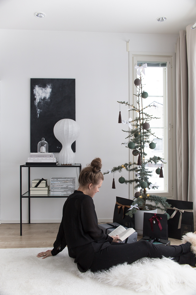 Villa H, lukeminen, joulupuu, olohuoneen sisustus