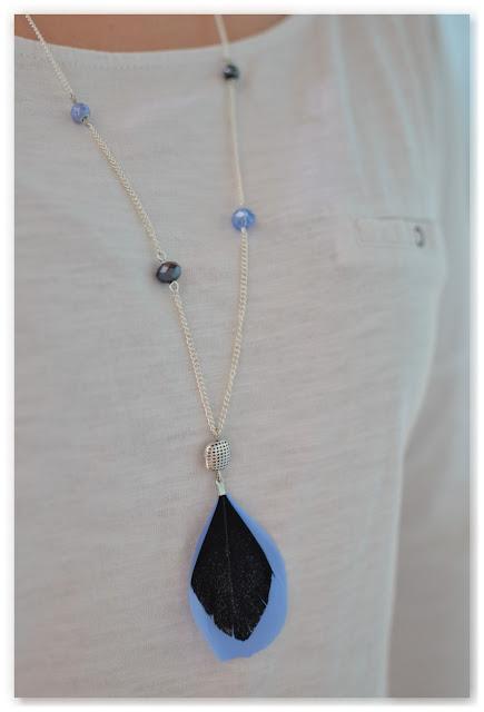 sautoir noir et bleu porté
