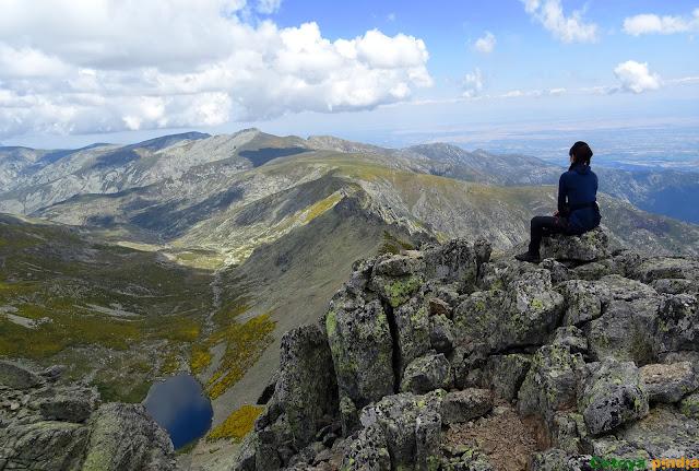 vistas de la laguna de los Caballeros desde lo alto del Pico El Juraco.