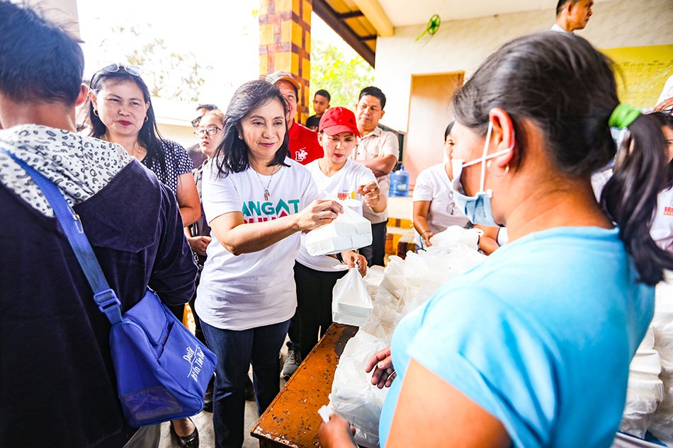 VP treats Taal evacuees to 'Lugaw Leni', pandesal after distributing relief goods