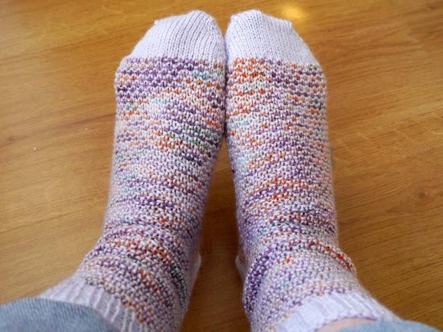 paire de chaussettes au tricot, modèle Broken Seed stitch socks