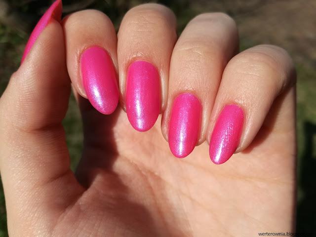 różowy lakier w słońcu z poświatą