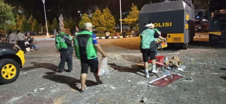 Gerak Cepat Komunitas Ojol Yogya Bersihkan Bekas Demo Ricuh Malioboro