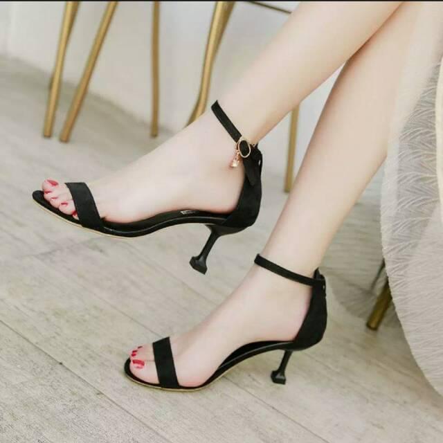 Sepatu High Heels Hitam Dengan Model Tali Atas