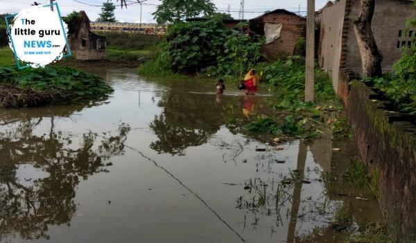 बाढ़ से बदहाल हुईं सड़कें, आदापुर के निचले इलाकों में घुसने लगा है पानी