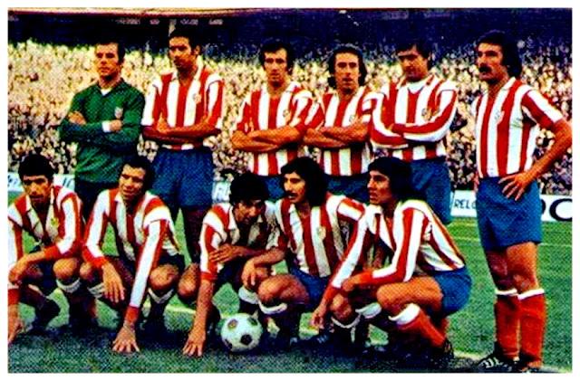 CLUB ATLÉTICO DE MADRID. Temporada 1974-75. Miguel Reina, Eusebio, Irureta, Adelardo, Benegas, Capón. Alberto, Luis, Gárate, Rubén Ayala y Heredia. ATLÉTICO DE MADRID 3 F. C. BARCELONA 3. 01/11/1974. Campeonato de Liga de 1ª División, jornada 7. Madrid, estadio Vicente Calderón. GOLES: 1-0: 10', Gárate. 2-0: 12', Gárate. 2-1: 19', Rexach. 2-2: 42', Marcial. 2-3: 70', Clares. 3-3: 88', Irureta.