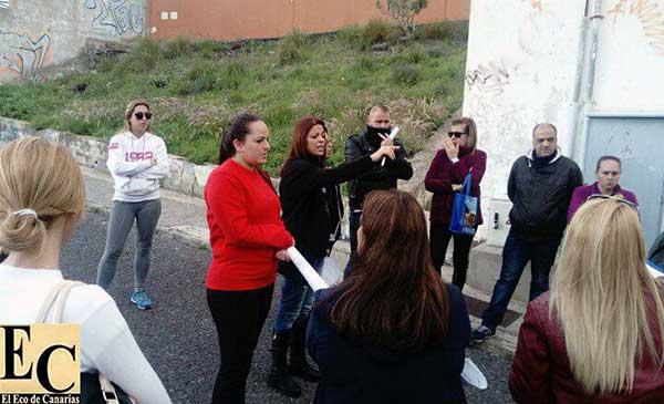 La recogida de firmas para evitar el cierre definitivo del CEIP León, una de las iniciativas de las madres y padres de los alumnos del centro
