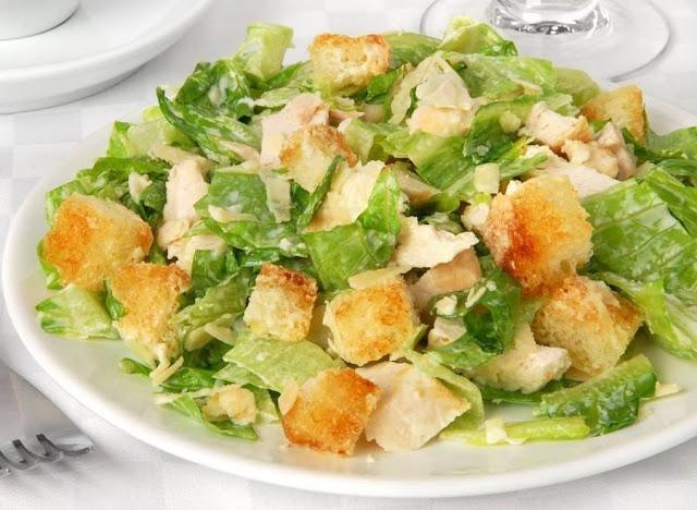 Рецепт: Куриный салат с гренками