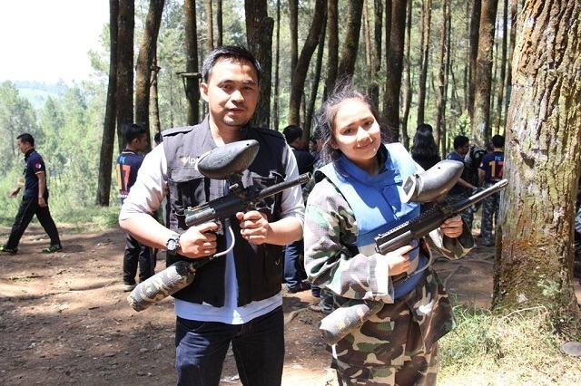 Gita Gutawa bermain paintball di venue Gravity Adventure