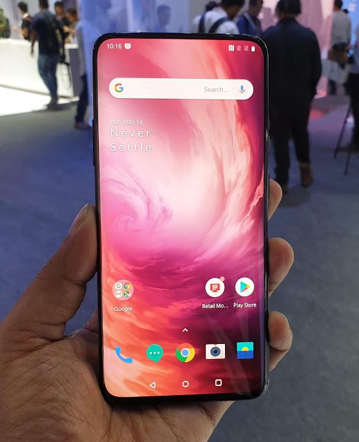 لا يعد هاتف OnePlus 7 Pro أول هاتف من OnePlus يحمل تقنية ماسح البصمة تحت الشاشة، لكنه يعد الأفضل من بين هواتف الشركة من حيث المواصفات.  لكن المميز حقاً في هذا الهاتف هو الشاشة AMOLED بقياس 6.67 إنش و بمعدل تحديث 90Hz و دقة 3120×1440 بيكسل.