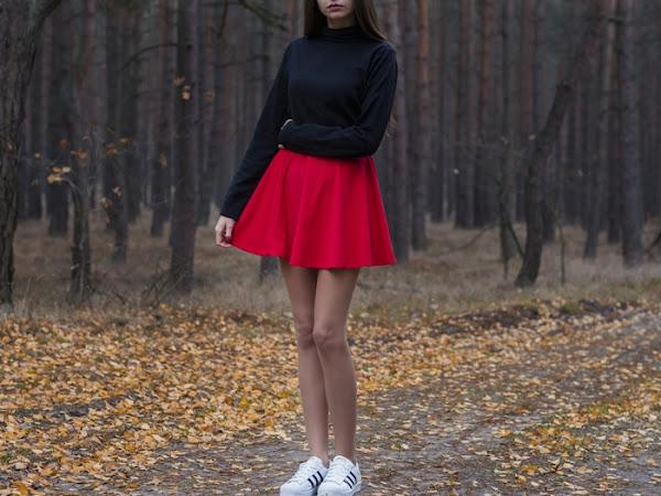 273. Stylizacja: rozkloszowana spódniczka i czarny golf