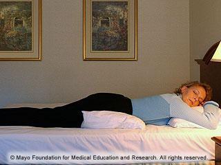 douleurs dorsales les positions de sommeil et les excercices qui r duisent les maux de dos. Black Bedroom Furniture Sets. Home Design Ideas