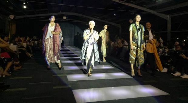 Koleksi Galeri Batik Azizah D'Nyonyah Hadir di Metamorfashion 2018