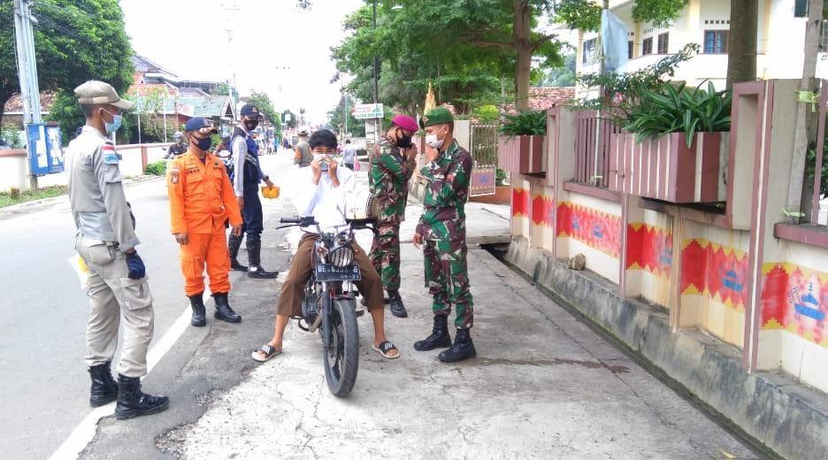 Danramil 410-06Kedaton Kodim 0410KBL Mayor Inf Anang Nugroho, memimpin kegiatan apel pembentukan posko Covid-19 di Kec. Kedaton, Kota Bandar Lampung