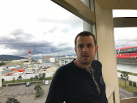 Carlos en el aeropuerto con un ventanal detrás