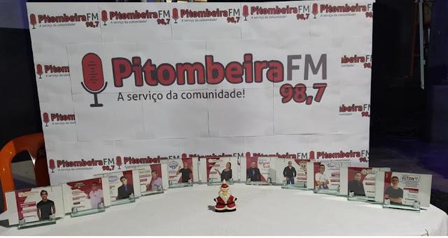 Equipe da rádio Pitombeiras Fm realiza momento para finalizar e planejar os trabalhos e ainda homenagear colaboradores.