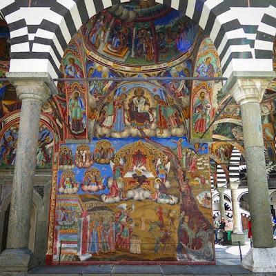 Puerta y frescos en la iglesia de san Juan de Rila